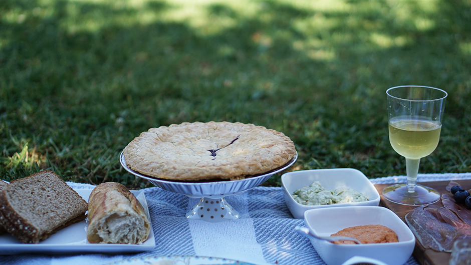 How to Host the Perfect Picnic - Lifestyle Blog - mikialamode